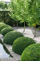 Bildno.: 11247203<br/><b>Feature: 11247147 - A Garden with Tradition</b><br/>Extensive garden surrounding a 16th century house<br />living4media / Herwig, Modeste