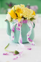 Bildno.: 11255969<br/><b>Feature: 11255956 - Spring Feeling</b><br/>Decorating with spring flowers<br />living4media / Syl Loves