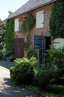 Bildno.: 11263423<br/><b>Feature: 11263422 - Garden Dreams</b><br/>Romantic garden near Cologne<br />living4media / Bauer, Christine