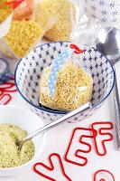 Bildnr.: 11276789<br/><b>Feature: 11276785 - Buchstaben-Salat</b><br/>Mit Buchstaben dekorieren<br />living4media / Taube, Franziska
