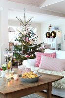Bildno.: 11282267<br/><b>Feature: 11282243 - Home for Christmas</b><br/>Christmas decorating Swedish style<br />living4media / IBL Bildbyra AB / Angelica, S&#246;derberg