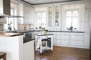 Bildno.: 11284045<br/><b>Feature: 11284037 - Contemporary Country Kitchen</b><br/>A Swedish couple chose to redesign their kitchen in Swedish country style<br />living4media / IBL Bildbyra AB / Angelica, S&#246;derberg