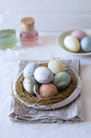 Bildno.: 11289985<br/><b>Feature: 11289981 - Pastel Eggs</b><br/>Use natural colours and decals to create delicate and beautiful Easter eggs<br />living4media / Great Stock!