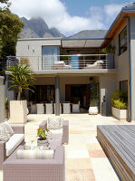 Bildno.: 11294719<br/><b>Feature: 11294679 - Return to Glamour</b><br/>From drab to glamorous in Camps Bay<br />living4media / Great Stock!