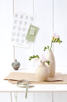 Bildno.: 11305821<br/><b>Feature: 11305818 - A Bit of Flower Power</b><br/>Decorating with spring flowers<br />living4media / Weber, Cornelia