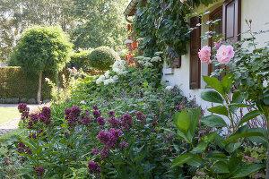 Bildnr.: 11306137<br/><b>Feature: 11306129 - Die feine englische Art</b><br/>Traumgarten im Englischen Stil, Belgien<br />living4media / Herwig, Modeste
