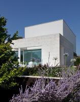 Bildnr.: 11321707<br/><b>Feature: 11321705 - Ein architektonischer W&#252;rfel</b><br/>Selbstdesigntes Haus mit ausgedehntem Aussenbereich f&#252;r die Freizeit, Italien<br />living4media / Rizzi, Laura
