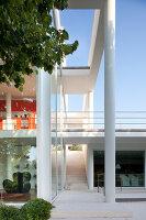 Bildnr.: 11321711<br/><b>Feature: 11321705 - Ein architektonischer W&#252;rfel</b><br/>Selbstdesigntes Haus mit ausgedehntem Aussenbereich f&#252;r die Freizeit, Italien<br />living4media / Rizzi, Laura