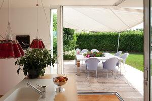 Bildnr.: 11321739<br/><b>Feature: 11321705 - Ein architektonischer W&#252;rfel</b><br/>Selbstdesigntes Haus mit ausgedehntem Aussenbereich f&#252;r die Freizeit, Italien<br />living4media / Rizzi, Laura