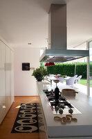 Bildnr.: 11321741<br/><b>Feature: 11321705 - Ein architektonischer W&#252;rfel</b><br/>Selbstdesigntes Haus mit ausgedehntem Aussenbereich f&#252;r die Freizeit, Italien<br />living4media / Rizzi, Laura