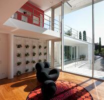 Bildnr.: 11321747<br/><b>Feature: 11321705 - Ein architektonischer W&#252;rfel</b><br/>Selbstdesigntes Haus mit ausgedehntem Aussenbereich f&#252;r die Freizeit, Italien<br />living4media / Rizzi, Laura