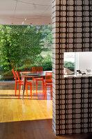 Bildnr.: 11321753<br/><b>Feature: 11321705 - Ein architektonischer W&#252;rfel</b><br/>Selbstdesigntes Haus mit ausgedehntem Aussenbereich f&#252;r die Freizeit, Italien<br />living4media / Rizzi, Laura