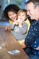 Bildnr.: 11323103<br/><b>Feature: 11323095 - Auf demTeppich bleiben!</b><br/>Die Kelim-Teppiche dieser charismatischen Familie sind selbst importiert, NL<br />living4media / de Kleermaeker, Anouk