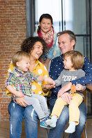 Bildnr.: 11323107<br/><b>Feature: 11323095 - Auf demTeppich bleiben!</b><br/>Die Kelim-Teppiche dieser charismatischen Familie sind selbst importiert, NL<br />living4media / de Kleermaeker, Anouk