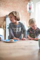 Bildnr.: 11323121<br/><b>Feature: 11323095 - Auf demTeppich bleiben!</b><br/>Die Kelim-Teppiche dieser charismatischen Familie sind selbst importiert, NL<br />living4media / de Kleermaeker, Anouk