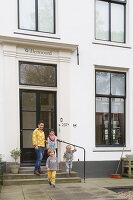 Bildnr.: 11323123<br/><b>Feature: 11323095 - Auf demTeppich bleiben!</b><br/>Die Kelim-Teppiche dieser charismatischen Familie sind selbst importiert, NL<br />living4media / de Kleermaeker, Anouk