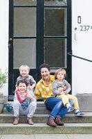 Bildnr.: 11323125<br/><b>Feature: 11323095 - Auf demTeppich bleiben!</b><br/>Die Kelim-Teppiche dieser charismatischen Familie sind selbst importiert, NL<br />living4media / de Kleermaeker, Anouk