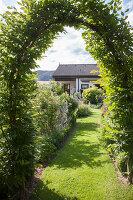 Bildno.: 11346635<br/><b>Feature: 11346627 - The Sculpture Garden</b><br/>Romantic garden in the Saurland, Germany<br />living4media / Pietrek, Sibylle