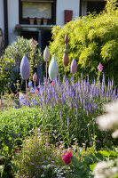 Bildno.: 11346643<br/><b>Feature: 11346627 - The Sculpture Garden</b><br/>Romantic garden in the Saurland, Germany<br />living4media / Pietrek, Sibylle