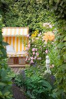 Bildno.: 11346645<br/><b>Feature: 11346627 - The Sculpture Garden</b><br/>Romantic garden in the Saurland, Germany<br />living4media / Pietrek, Sibylle