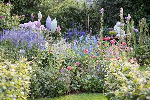 Bildno.: 11346659<br/><b>Feature: 11346627 - The Sculpture Garden</b><br/>Romantic garden in the Saurland, Germany<br />living4media / Pietrek, Sibylle