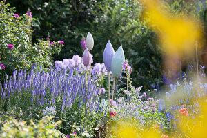Bildno.: 11346665<br/><b>Feature: 11346627 - The Sculpture Garden</b><br/>Romantic garden in the Saurland, Germany<br />living4media / Pietrek, Sibylle