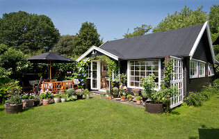 Bildno.: 11351233<br/><b>Feature: 11351209 - Summer Oasis</b><br/>A Danish house made of recycled material<br />living4media / Lene-K