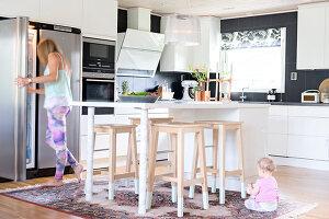 Bildnr.: 11352785<br/><b>Feature: 11352784 - Am Puls der Zeit</b><br/>Die Designerin Elise liebt den skandinavischen Grafik-Stil<br />living4media / M&#246;ller, Cecilia