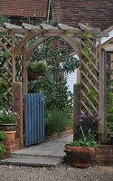 Bildno.: 11353833<br/><b>Feature: 11353802 - Divide and Conquer</b><br/>How to deal with gates and fences in your garden<br />living4media / Great Stock!