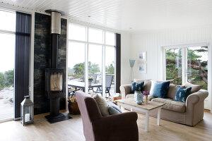 Bildnr.: 11358127<br/><b>Feature: 11358121 - Strandcottage</b><br/>Anne hat ihr kleines Haus in klassisch maritimen Stil eingerichtet, Norwegen<br />living4media / Annette &amp; Christian