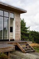 Bildnr.: 11358141<br/><b>Feature: 11358121 - Strandcottage</b><br/>Anne hat ihr kleines Haus in klassisch maritimen Stil eingerichtet, Norwegen<br />living4media / Annette &amp; Christian