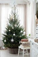 Bildnr.: 11370739<br/><b>Feature: 11370683 - Behagliches Weihnachtsfest</b><br/>Wei&#223;e Weihnachten im Kreis der Familie auf schwedische Art<br />living4media / M&#246;ller, Cecilia