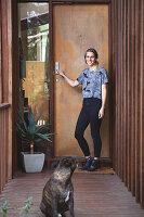 Bildnr.: 11373349<br/><b>Feature: 11373326 - Nat&#252;rlicher Charme</b><br/>Die Retro-Liebhaberin Sass lebt in einem Haus aus kalifornischem Holz<br />living4media / Jeffcott, Natalie