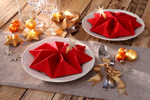 Bildno.: 11374413<br/><b>Feature: 11374412 - Napkin Stars</b><br/>Step by step instructions for folding a napkin into a star<br />living4media / R&#252;ggeberg, Thordis