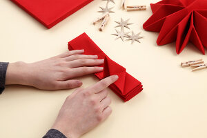 Bildno.: 11374423<br/><b>Feature: 11374412 - Napkin Stars</b><br/>Step by step instructions for folding a napkin into a star<br />living4media / R&#252;ggeberg, Thordis