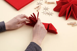Bildno.: 11374427<br/><b>Feature: 11374412 - Napkin Stars</b><br/>Step by step instructions for folding a napkin into a star<br />living4media / R&#252;ggeberg, Thordis