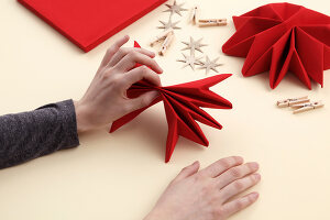 Bildno.: 11374429<br/><b>Feature: 11374412 - Napkin Stars</b><br/>Step by step instructions for folding a napkin into a star<br />living4media / R&#252;ggeberg, Thordis