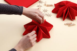 Bildno.: 11374431<br/><b>Feature: 11374412 - Napkin Stars</b><br/>Step by step instructions for folding a napkin into a star<br />living4media / R&#252;ggeberg, Thordis