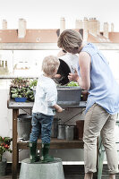 Bildno.: 11374525<br/><b>Feature: 11374522 - City Gardening</b><br/>All you need is a balcony and a few pots to grow your favourite foods<br />living4media / Eising Studio - Food Photo &amp; Video