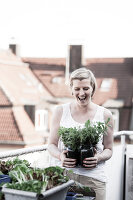 Bildno.: 11374531<br/><b>Feature: 11374522 - City Gardening</b><br/>All you need is a balcony and a few pots to grow your favourite foods<br />living4media / Eising Studio - Food Photo &amp; Video