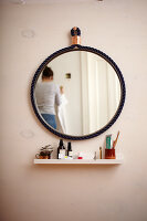 Bildno.: 11374915<br/><b>Feature: 11374913 - Nautical DIY Mirror</b><br/>Pep up a tired old mirror with a new frame made of rope<br />living4media / A. Kapischke &amp; I. Liebmann