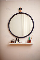 Bildno.: 11374917<br/><b>Feature: 11374913 - Nautical DIY Mirror</b><br/>Pep up a tired old mirror with a new frame made of rope<br />living4media / A. Kapischke &amp; I. Liebmann