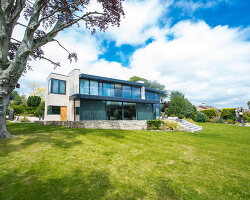 Bildno.: 11395387<br/><b>Feature: 11395373 - Open for Light</b><br/>Clean and contemporary English home in Lymington, Hampshire<br />living4media / Cox, Stuart