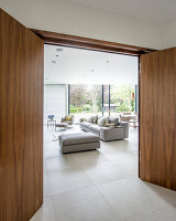 Bildno.: 11395407<br/><b>Feature: 11395373 - Open for Light</b><br/>Clean and contemporary English home in Lymington, Hampshire<br />living4media / Cox, Stuart