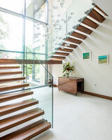 Bildno.: 11395409<br/><b>Feature: 11395373 - Open for Light</b><br/>Clean and contemporary English home in Lymington, Hampshire<br />living4media / Cox, Stuart