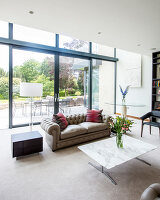 Bildno.: 11395469<br/><b>Feature: 11395373 - Open for Light</b><br/>Clean and contemporary English home in Lymington, Hampshire<br />living4media / Cox, Stuart