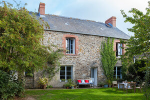 Bildno.: 11395979<br/><b>Feature: 11395978 - Authentic Charm</b><br/>A traditional stone farm house in Normandy, France, is now an elegant home<br />living4media / Hallot, Olivier