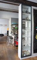 Bildnr.: 11401209<br/><b>Feature: 11401195 - Richtiger Blickwinkel</b><br/>Eine Berliner Altbauwohnung mit sch&#246;nen Stuckdecken und brasilianischer Kunst<br />living4media / Morath, Dagmar