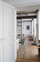 Bildnr.: 11401211<br/><b>Feature: 11401195 - Richtiger Blickwinkel</b><br/>Eine Berliner Altbauwohnung mit sch&#246;nen Stuckdecken und brasilianischer Kunst<br />living4media / Morath, Dagmar