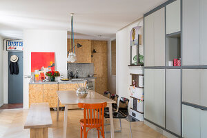 Bildno.: 11403129<br/><b>Feature: 11403127 - Parisian Charm</b><br/>Renovated apartment in Paris is full innovative ideas<br />living4media / Hallot, Olivier